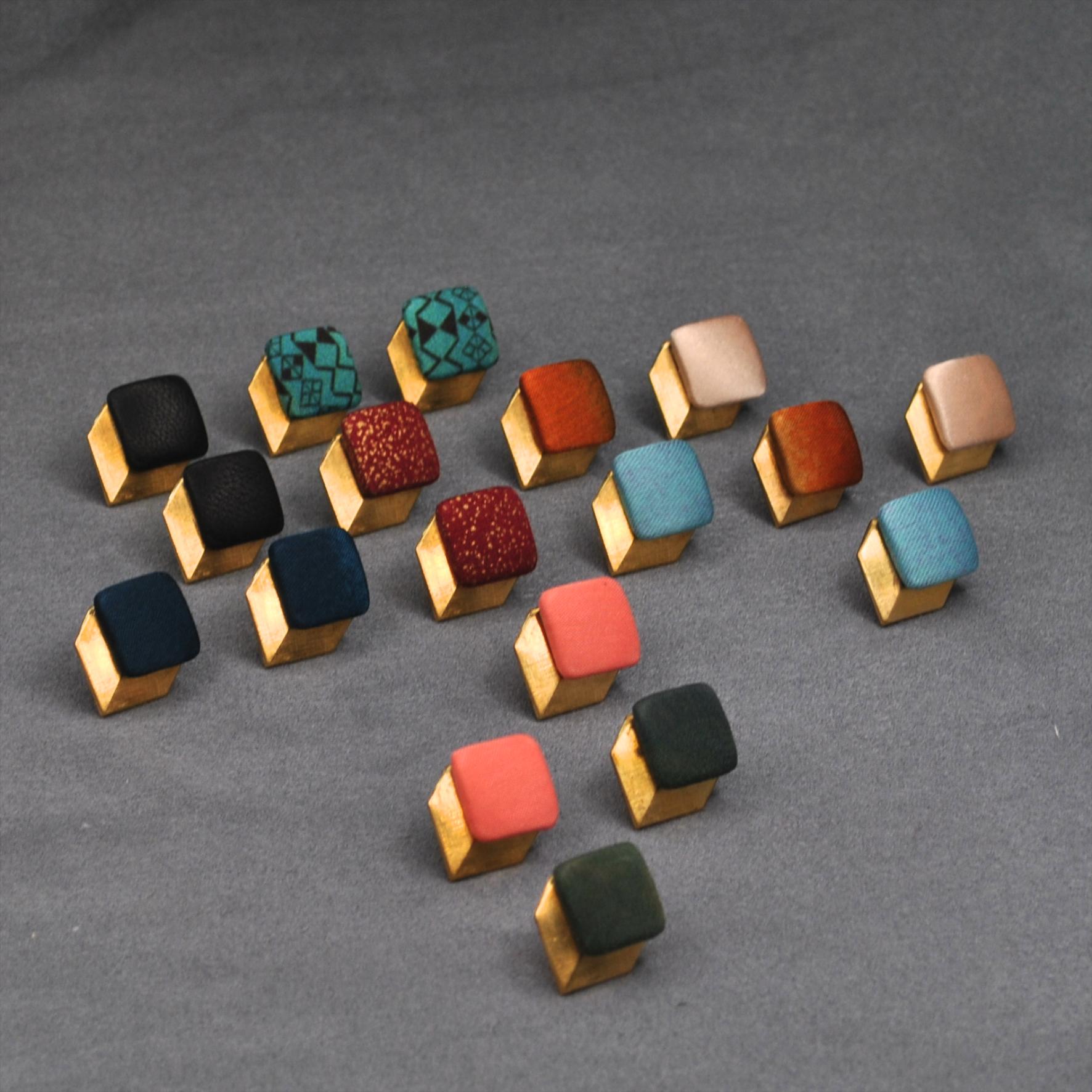 wunderschön dreidimensionale Ohrstecker, die in der KOmbination aus goldanmutenden Messing und den tollen Farben wirken.