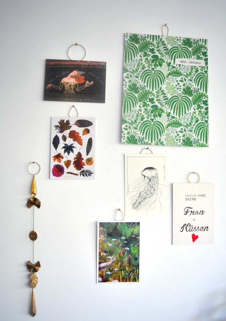 Entspnante Hängung mit großer Kunst in kleinen Formaten von Hanna Lena Hase, Wolfgang Philippi, Kunstkiosk, Jungwiealt und einen Messingschmuckstück für die Wand von mir.