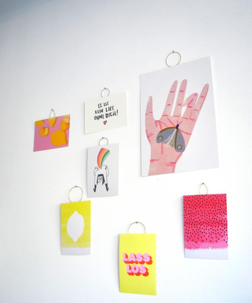 zarte sommerliche Hängung mit Grafiken von Parzelle43, Jungwiealt, Wolfgang Philippi, Navucko und Slinga